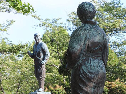 特攻勇士像を見つめる母の像